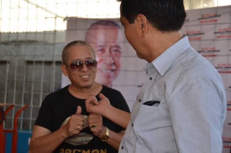 Councilor Roberto Cabarrubias and Mayor Michael Rama during the distribution of self help kits last November 23 in Barangay Basak Pardo. (Photo taken from the Facebook Page of Councilor Roberto Cabarrubias)