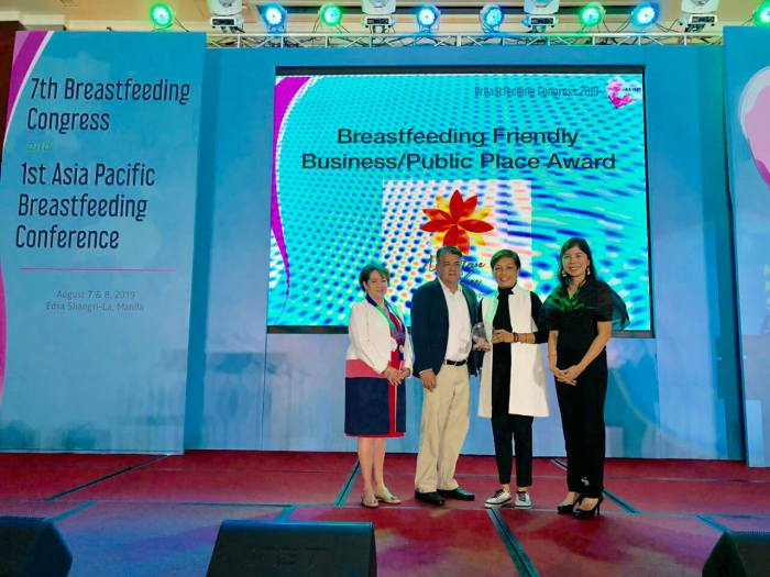 AWARD FOR MCIA. (From left) PPS President Dr. Salvacion Gatchalian, GMCAC Safety, Quality Head John Binamira, GMCAC Terminal Operations Head (T1) Nenette Castillion, and Dr. Claire Pascual from the PPS Breastfeeding Committee during the awarding.