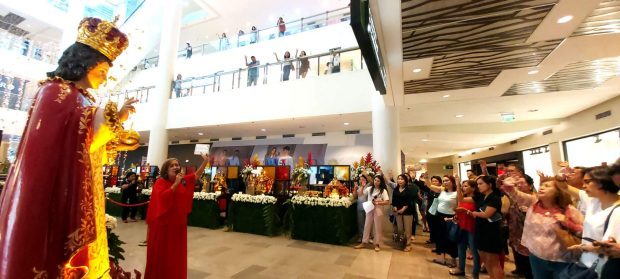 BATOBALANI SA GUGMA. Singer Girlie Lapinid- Laspiñas leads the singing of the gozos Batobalani sa Gugma, which is sung in prayer by all devotees of the Sto. Niño de Cebu.