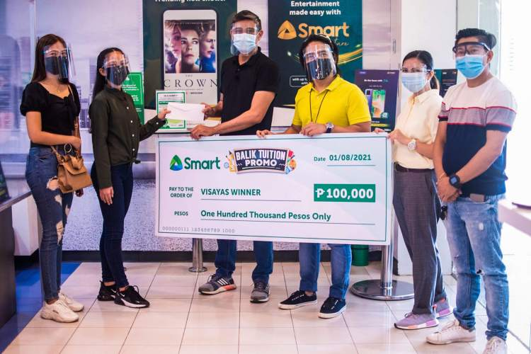 """Cloe Anne Marie Malaga receives her P100,000 Grand Prize in Smart's """"Balik-Tuition"""" Promo."""
