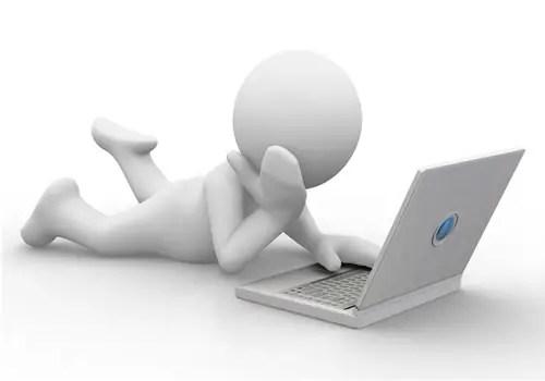 Bonhomme_blanc_allonge_travail_ordinateur