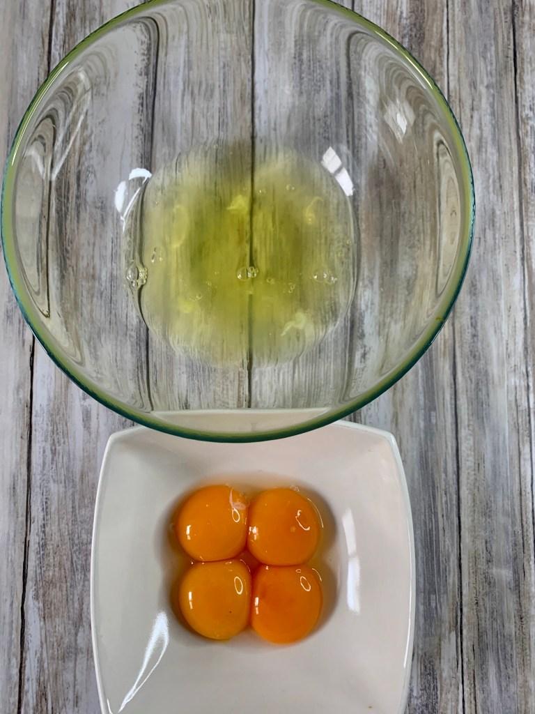 Huevos y claras separadas