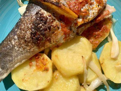 Lubina al horno con cama de cebolla y patatas
