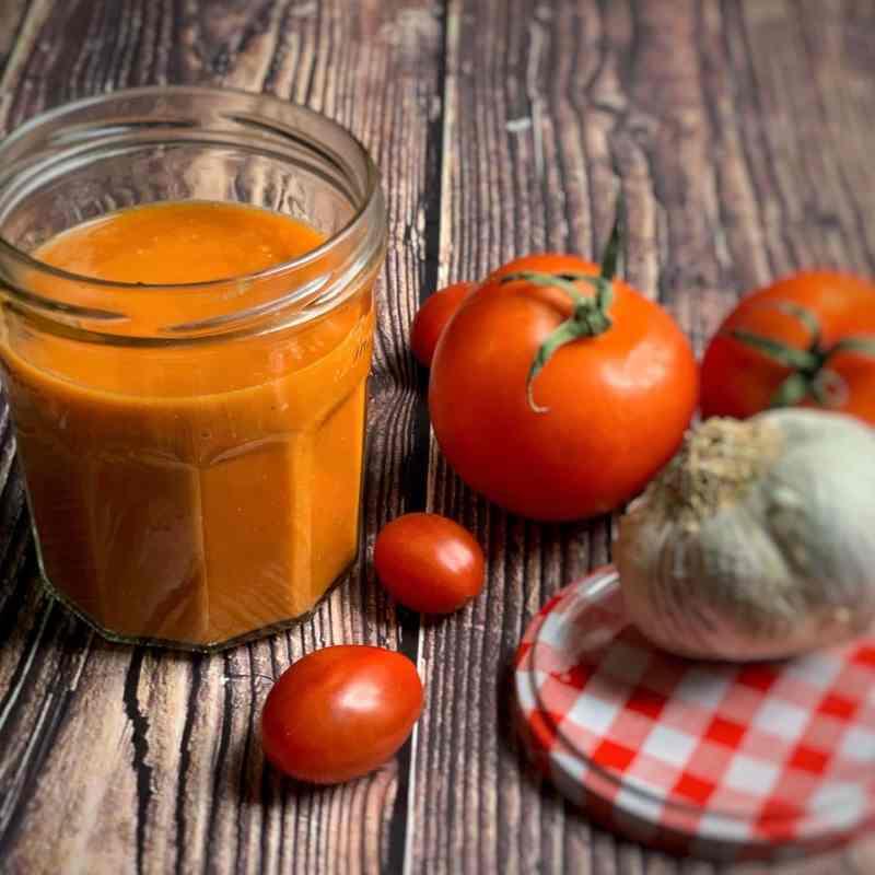Salsa de tomate casera con tomates naturales