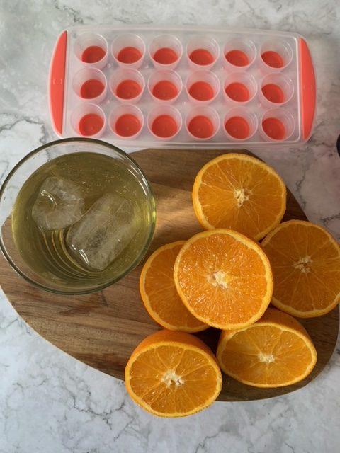 Hacemos el zumo y ponemos la gelatina en remojo