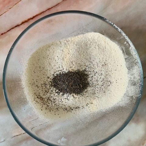 Tamizamos la harina y añadimos las semillas