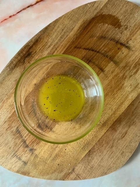 Emulsionamos y añadimos un poco de pimienta recién molida
