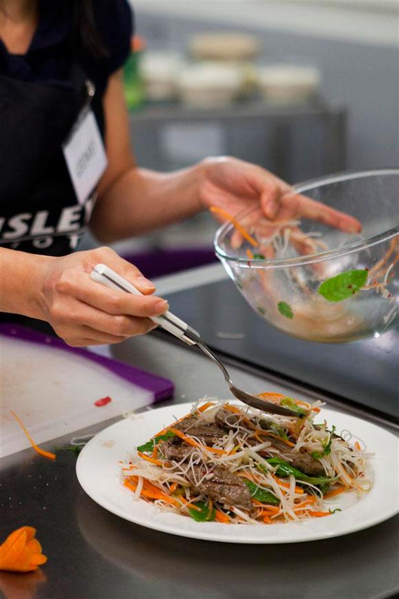 vietnamese-grilled-beef-noodle-herbs-salad-5