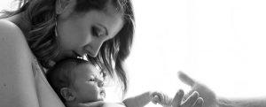 fotos de bebe en casa sevilla 8 799x321 300x121 - Reportajes fotográficos de embarazo y bebés en casa