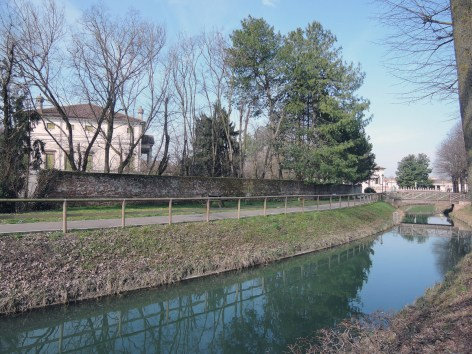 Canal and cycling lane in front of Villa Badoer