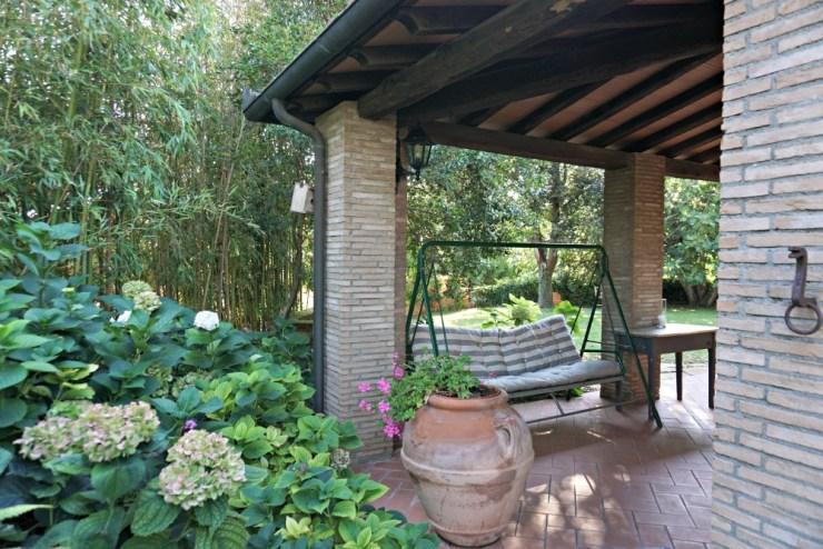 Porch swing, in Italian: dòndolo