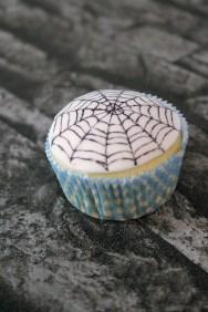 Spinnennetz mit Lebensmittelstiften