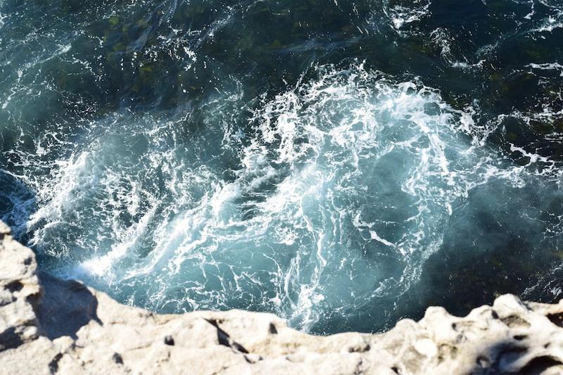 zee-zout-blauw-water-rotsen