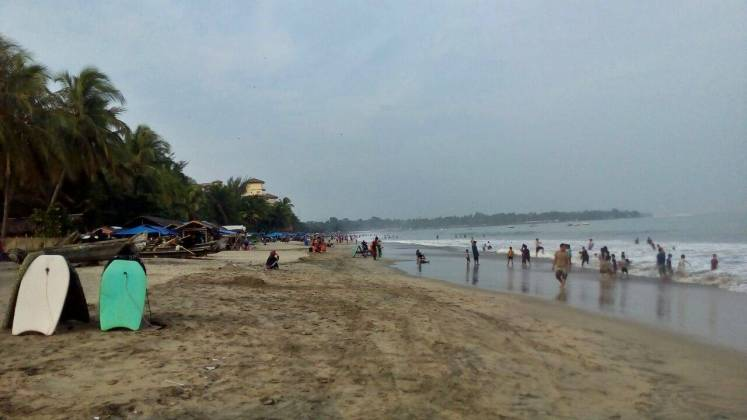 Suasana pantai di sore hari