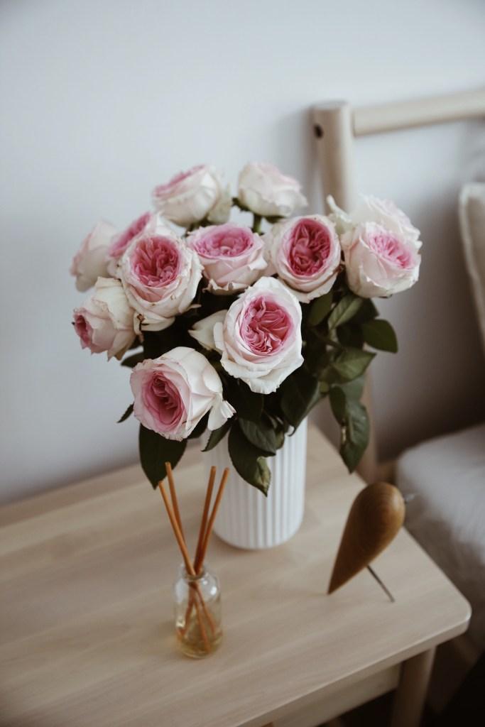 świeże kwiaty w sypialni