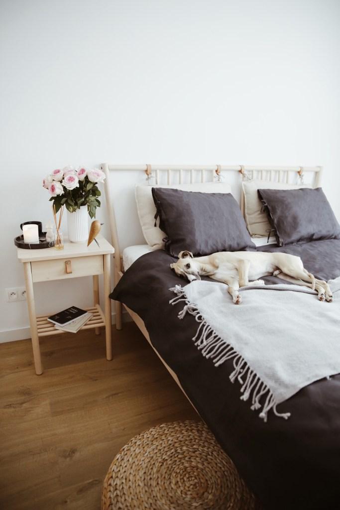 drewniane łóżko w małej sypialni