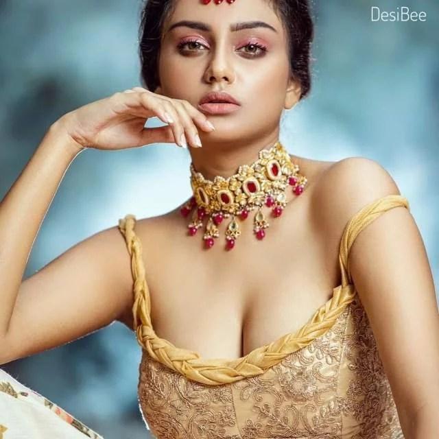 hot cleavage dikhati bhabhi
