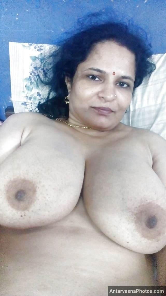 sexy big boobs dikha bed par nangi leti hui aunty