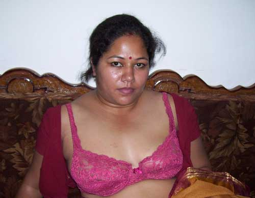 Indu aunty ne apni saree ko hata ke bra dikhai - Desi milf sexy pics