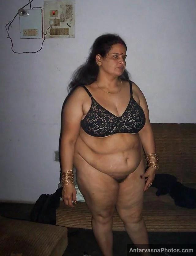 sexy bhabhi ke jhaanton wali chut aur black bra me boobs