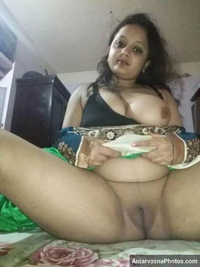 taang khol apni chut dikhati hot indian aunty pic