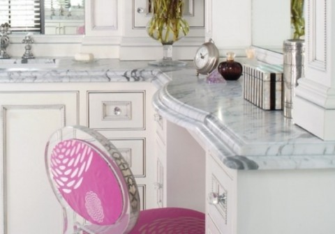 Elegant marble bathroom with pink touches3