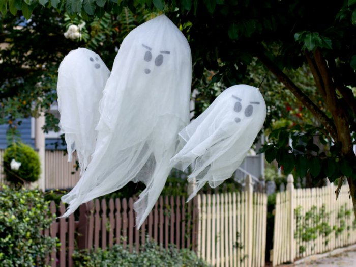 DIY Halloween decoration for a spooky outdoor atmosphere12
