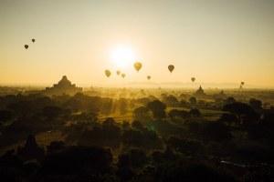 上空に浮かぶ数基の気球