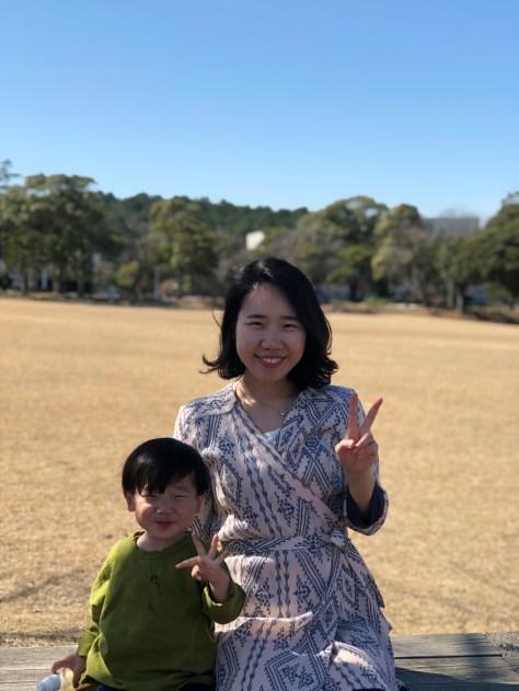 홍정우와 김초희가 브이를 하고 있어요.