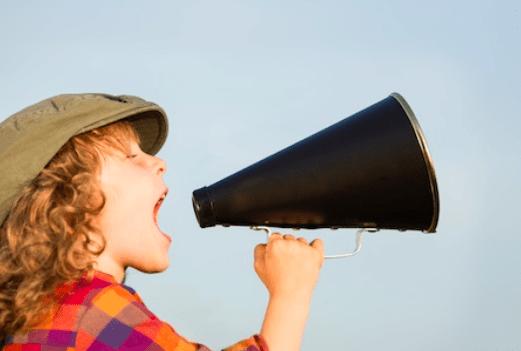 photo enfant et haut parleur