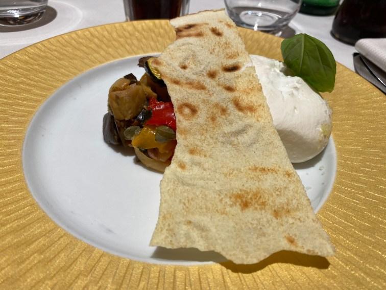 """Burrata et """"caponata"""" de légumes, pain de Sardaigne"""