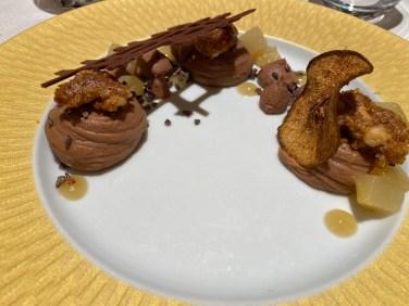 Crémeux au chocolat et à l'huile d'olive, curable noisette et poire pochée à la vanille