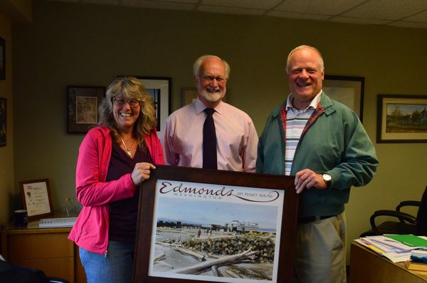 Jon Lein and wife Bev with Edmonds Mayor Dave Earling. (Photo by Larry Vogel)