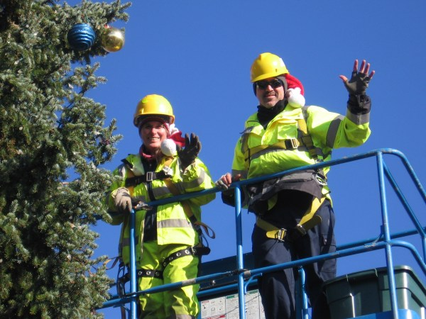 029 Parks crew installing lights & ornaments on centennial plaza tree at 5th & Bell