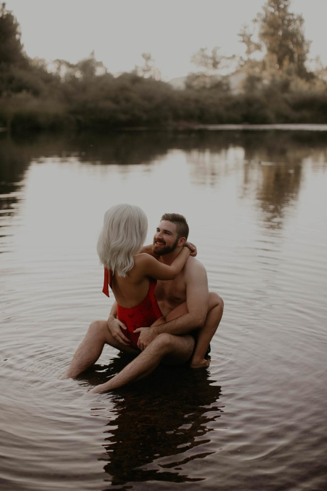 summer-on-the-lake-engagement-photos-24