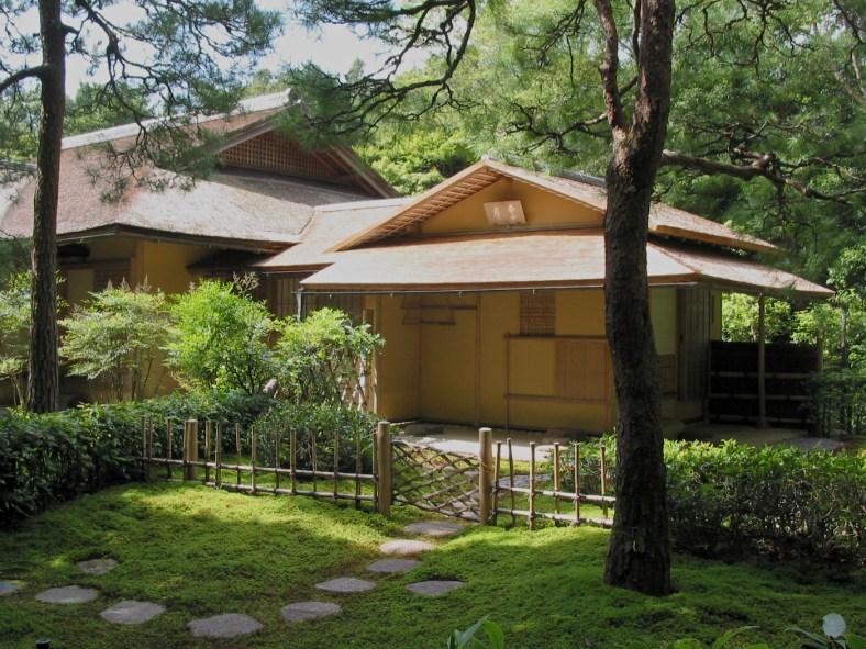 Roji menant au seigetsu chashitsu du Ise-jingū - les caractéristiques typiques sont les pierres de gué, la mousse, la porte en bambou et la division entre les jardins extérieurs et intérieurs.