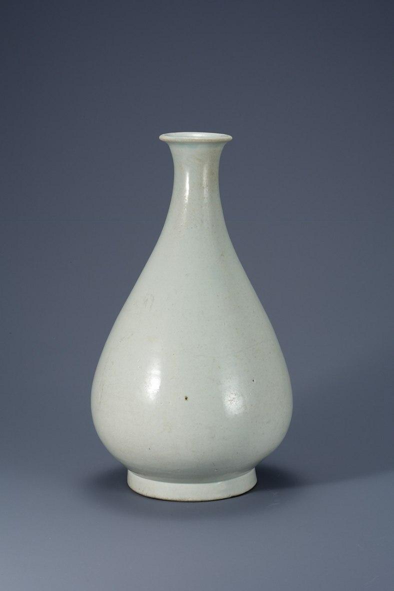 Bouteille. Porcelaine blanche de la période Joseon, H. 36,2 cm. xve siècle. Musée national de Corée. Trésor national N° 1054