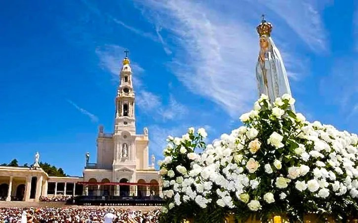 The statue of Our Lady with the Basilica in the background. (picture courtesy of Turismo De Portugal Centro)