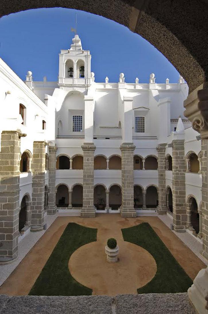 Cloister of the Convento do Espinheiro (image courtesy of Convento do Espinheiro)
