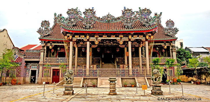 Khoo Kongsi is a magnificent Chinese clan house with highly ornamented architecture. It is the grandest clan house in Malaysia.