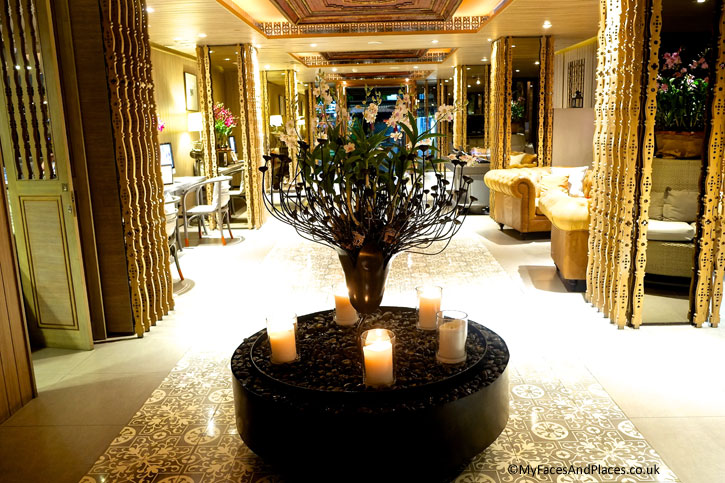 The charming and cosy lobby lounge of Riva Surya.