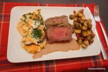 Roastbeef mit Kräuterkruste, Süßkartoffelgratin, gebackener Rosenkohl mit Granatapfelkernen und Sauce
