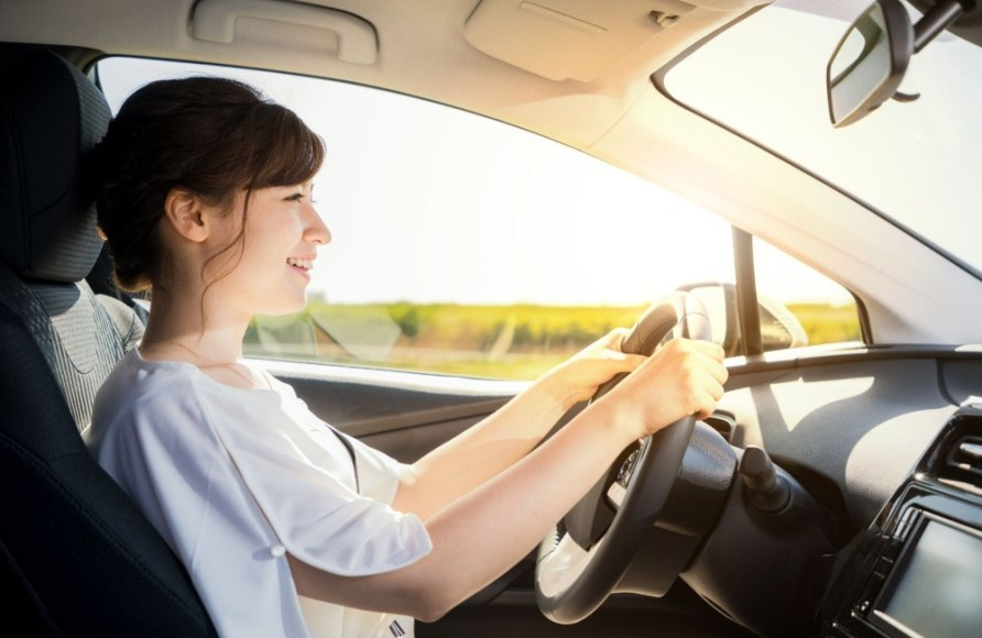 Woman driving- How to make 10 dollars a day with PayPal- My Financial Hill