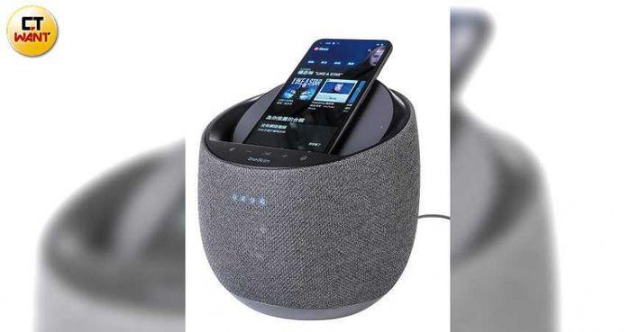 SOUNDFORM ELITE Hi-Fi最特別的功能,即是可以幫手機無線充電。(圖/馬景平攝)