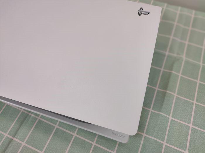 PS5主機身上的PS logo部份採鏤空設設計