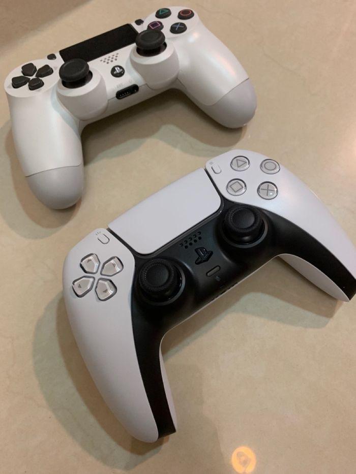 PS4手把與PS5手把擺放一起比較
