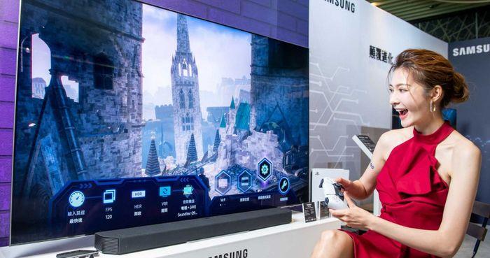 三星Neo QLED量子電視系列內建全新Game Bar遊戲工具列,能一鍵檢視重要設定;圖中85吋機型售價299,900元。(圖/三星提供)