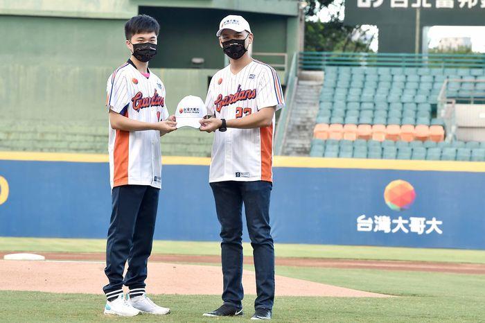 林之晨總經理送給林昀儒台灣大哥大品牌球帽,象徵林昀儒成為台灣大贊助選手。