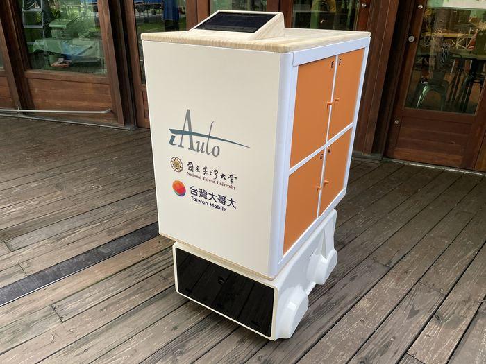 台灣大與iAuto、臺大打造的無人送餐車於花博正式上線服役,串接電商平台myfone購物