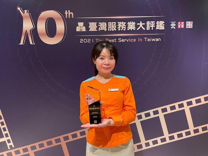 台灣大哥大三民直營服務中心店長黃秀華獲頒「服務尖兵獎」。